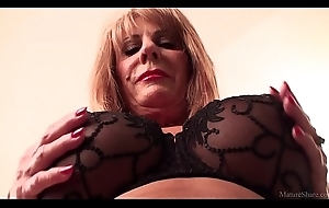 Sexually excited mature blonde Rae Hart prefers posing and playing nearly the brush poltroon