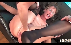 Rough Anal-sex with the addition of Squirting for this cougar old lady
