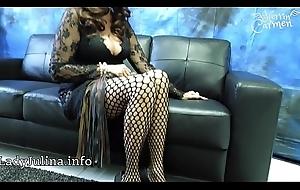 Herrin Carmen posiert mit Netzstrumpfhose und Spike Pumps mit hohen Absä_tzen